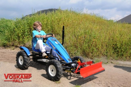 BERG New Holland + lift bucket action with boy
